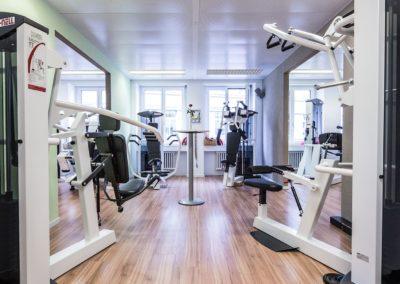 Trainingsraum mit Kraftgeräten für Fitness und Gesundheit