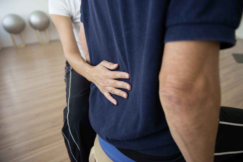 Einüben der aufrechten Körperhaltung im Rücken- und Beckenbodentraining