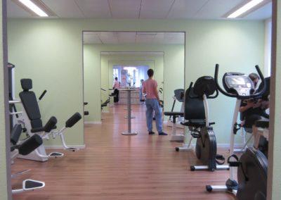 Trainingsraum mit Kraftgeräten und Ausdauergeräten