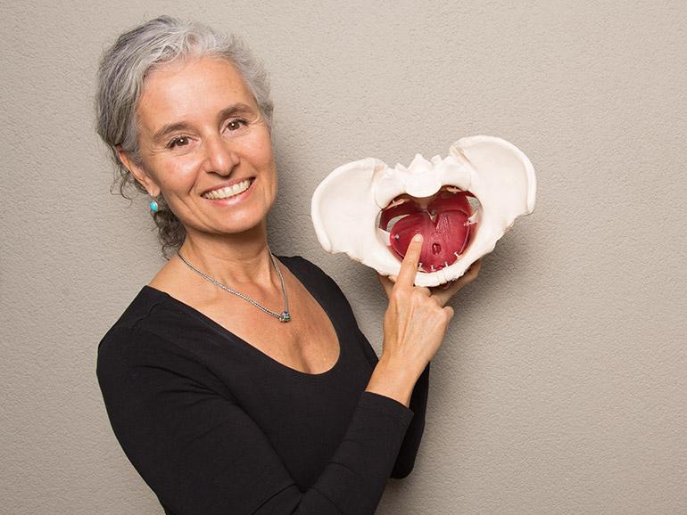 Yvonne Keller erklärt den Beckenboden